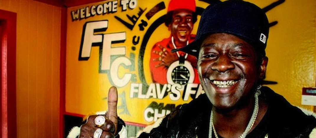 KFCの隣にチキンショップをオープンしたFlavor Flav!!