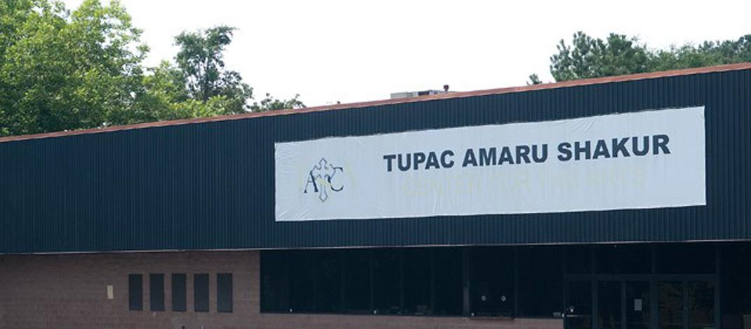 Tupacの銅像(全く似ていない)があるトゥパック・アート・センター